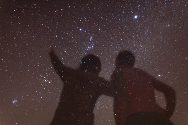 couple-staring-at-the-stars-600x399